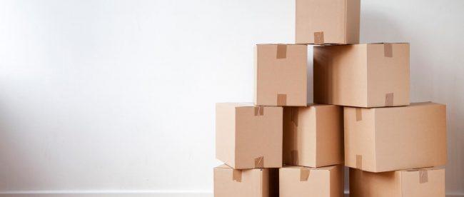cartons de déménagement en tas dans le salon
